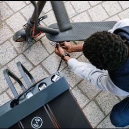 Banc connecté Steora CYCLO station d'entretien micro-mobilité